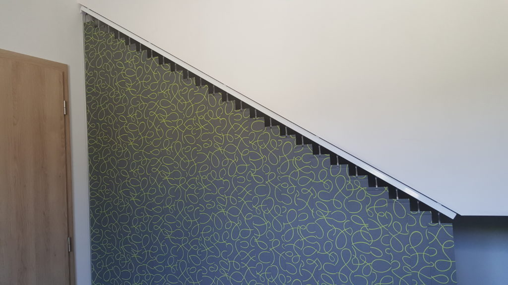Vertikální žaluzie pod schodištěm