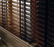hnědá dřevěná žaluzie na okně