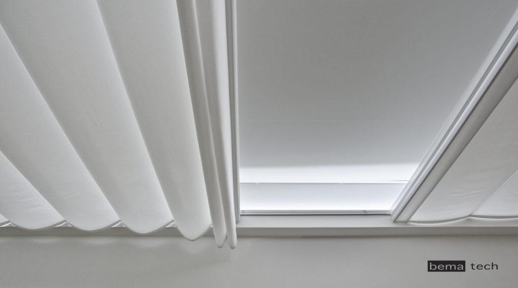 baldachýn na stropě