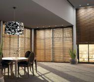 dřevěné žaluzie ve velkém domě