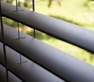 detail otevřené dřevěné žaluzie